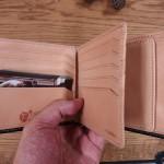 レザーグッズの専門店『グレンチェック』の展示会に行ってきた。名入れ無料です。大切なひとへのプレゼントに使いやすいブライドルの二つ折り財布をお探しなら、グレンチェックいいですよ!