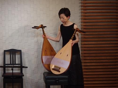 2台の楽琵琶を使用。中村さんはそれぞれに名前をつけている。