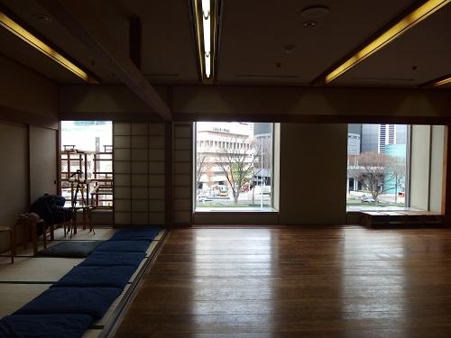 窓からは新宿高層ビルが。