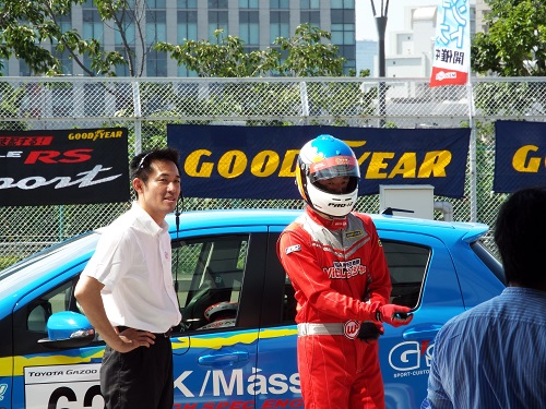 左がスタート担当の鴨下英幸さん。プロレーシングドライバー。