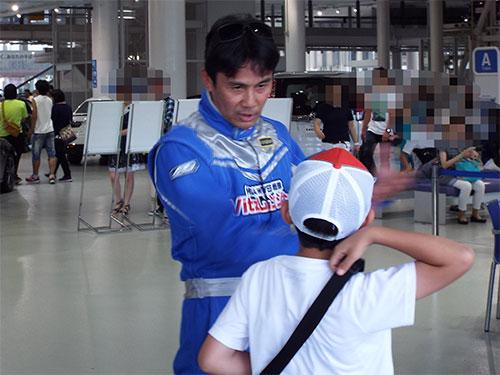 田ヶ原選手が休憩中、ファンの少年にやさしく話してあげてた。