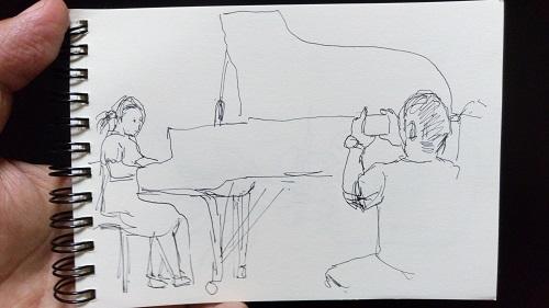 「娘の演奏を撮影するお父さん」(スケッチ)