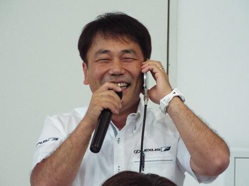レースをしているサーキットのSUGOにいる今井さんと電話で話すチャンプさん。