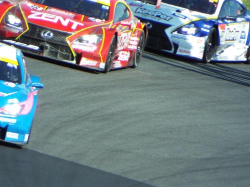 レクサス3台がコーナーを攻める。