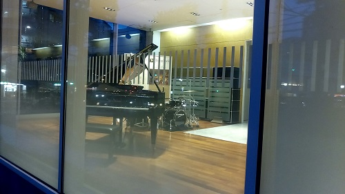 白寿本社ビル1階ロビーはガラス張りで外から見える。