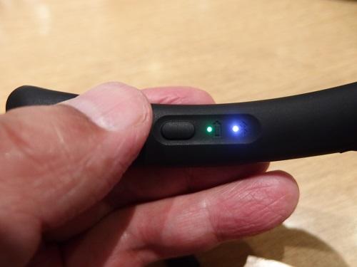 電源を長押しで青いライトが点滅してBluetoothを同期する。